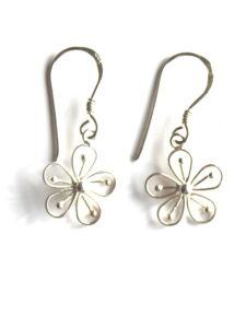Fairtrade oorbellen Thailand - zilveren hangertjes fijn bloempje